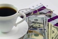 Biała filiżanka czarna kawa, grafika i dolary, Fotografia Royalty Free
