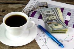Biała filiżanka czarna kawa, grafika i dolary, Zdjęcie Royalty Free
