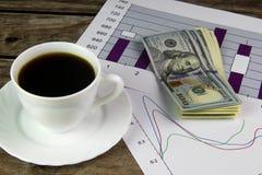 Biała filiżanka czarna kawa, grafika i dolary, Obraz Royalty Free