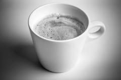 Biała filiżanka czarna kawa, monochromatyczna fotografia Obrazy Royalty Free