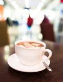Biała filiżanka kakao lub kawa z marshmallow Zdjęcia Royalty Free