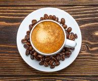 Biała filiżanka kawa espresso na drewnianym tle Obraz Stock