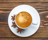 Biała filiżanka kawa espresso na drewnianym tle Zdjęcie Stock