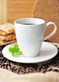 Biała filiżanka kawy i smakowity ciastko Zdjęcie Royalty Free