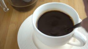 Biała filiżanka kawy - mieszający zbiory wideo