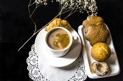 Biała filiżanka kawy, piekarnia produkt na bielu talerzu i gałązka, Zdjęcia Royalty Free