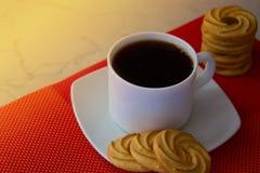 Biała filiżanka kawy z ciastkami Round ciastka ciastka dla te Obraz Stock
