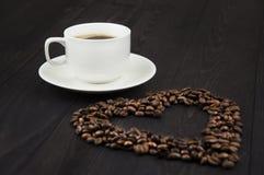 Biała filiżanka kawy z kawowymi fasolami Zdjęcia Royalty Free