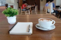 Biała filiżanka piękny gorący kakao i pusta biel notatka na woode Zdjęcia Royalty Free