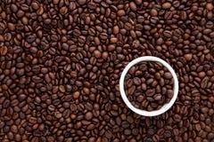 Biała filiżanka piec kawowa fasola na górze mieszkania nieatutowego brown Roa Zdjęcie Stock