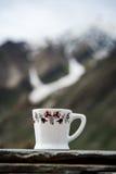 Biała filiżanka z śnieżną górą Fotografia Royalty Free