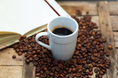 Biała filiżanka z gorącą kawą na drewnianym tle Zdjęcie Stock