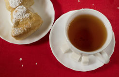 Biała filiżanka z herbatą i ciastem na talerzu Zdjęcia Royalty Free