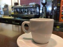 Biała filiżanka z kawy espresso maszyny tłem obrazy stock