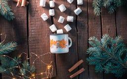 Biała filiżanka z marshmallow na drewnianym tle Obrazy Stock