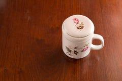 Biała filiżanka z róża ekranem Obrazy Royalty Free