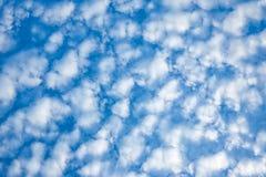 Biała Fluffly chmura na niebieskiego nieba tle zdjęcia royalty free