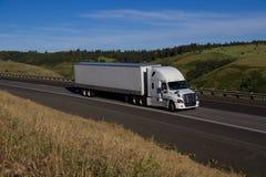 Biała Freightliner ciężarówka, Biała przyczepa/ obrazy stock
