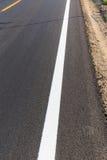 Biała i żółta linia na nowej asfaltowej drodze Zdjęcie Royalty Free