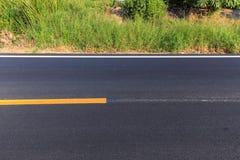 Biała i żółta linia na nowej asfaltowej drodze Obraz Royalty Free