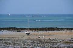 Biała i błękitna przyjemności łódź splata na plażowym (Francja) Fotografia Stock