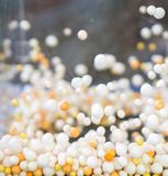 Biała i pomarańczowa spławowa piankowa sfera w akrylowym zbiorniku Obrazy Stock