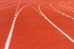 Biała junakowanie linia na czerwonym bieg śladzie Zdjęcia Royalty Free