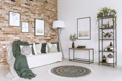 Biała kanapa w żywym pokoju zdjęcie royalty free