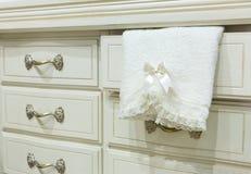 Biała klatka piersiowa kreślarzi z ręcznikiem fotografia stock