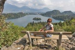 Biała kobieta i jezioro Krwawiliśmy widok od above w Slovenia Obrazy Stock