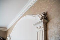 Biała kolumna z portyków dekoracyjnymi elementami, klasyczny wewnętrzny czerep obraz royalty free