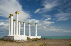 Biała kolumnada w Priozersk mieście, Kazachstan jeziornym Balkhash fotografia royalty free