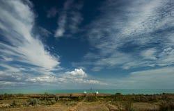 Biała kolumnada w Priozersk mieście, Kazachstan jeziornym Balkhash zdjęcie stock
