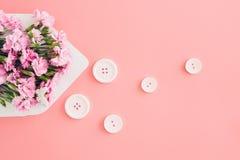 Biała koperta z różowymi pięknymi kwiatami na różowym tle mail ty Zdjęcie Royalty Free