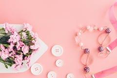 Biała koperta z różowymi pięknymi kwiatami na różowym tle mail ty Zdjęcia Stock