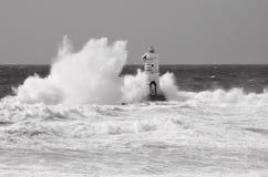 Biała latarnia morska na falezie Latarni morskiej Mangiabarche situatSardinia Włochy Czarny i biały, popielaty niebo, biały Zdjęcie Royalty Free
