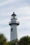 Biała latarnia morska z drzew w ranku Fotografia Stock