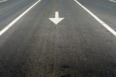 Biała linia na drodze i strzała fotografia stock