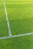 Biała linia na zielonej murawie dla futbolu sądu Obraz Royalty Free