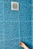 Biała lotniczej wentylaci grille klingerytu pokrywa na ścianie w łazience Obrazy Stock