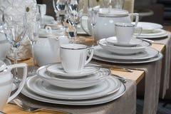 Biała luksusowa ceramiczna obiadowa usługa na drewnianym stole 2 Zdjęcia Stock