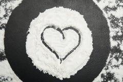 Biała mąka i serce na czarnym stole obraz royalty free