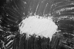 Biała mąka w środku na czarnych tło tekstury rysunkach z fotografia stock