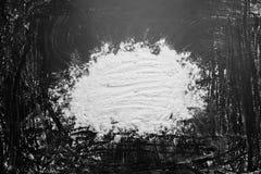Biała mąka w środku na czarnych tło tekstury rysunkach z palcem obraz stock