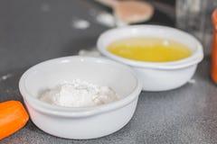 Biała mąka w ramekin na kuchennym worktop zdjęcie stock