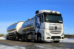 Biała Mercedes-Benz Actros Cysternowa ciężarówka na Lodowatym jardzie Zdjęcia Royalty Free