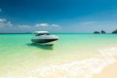 Biała motorowa łódź Zdjęcia Stock