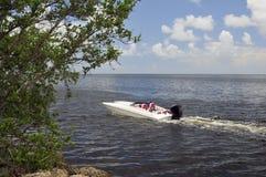 Biała Motorowa łódź Na wodzie Zdjęcia Royalty Free