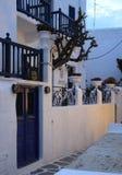 Biała Mykonian wioska w wieczór obrazy stock