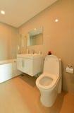 Biała Nowożytna łazienka w kondominium, wewnętrzny deisgn Obrazy Royalty Free